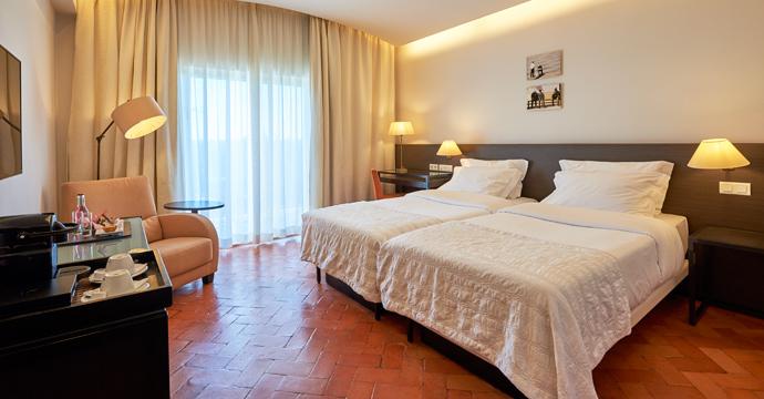 http://www.algarvepackage.com/slideshow/pictures/accom/47/portugal-golf-penina-hotel-golf-resort-img12.jpg